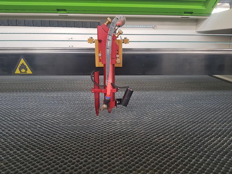 Laser za graviranje i sečenje  sa laserskom glavom sa automatskom / ručnom modulacijom